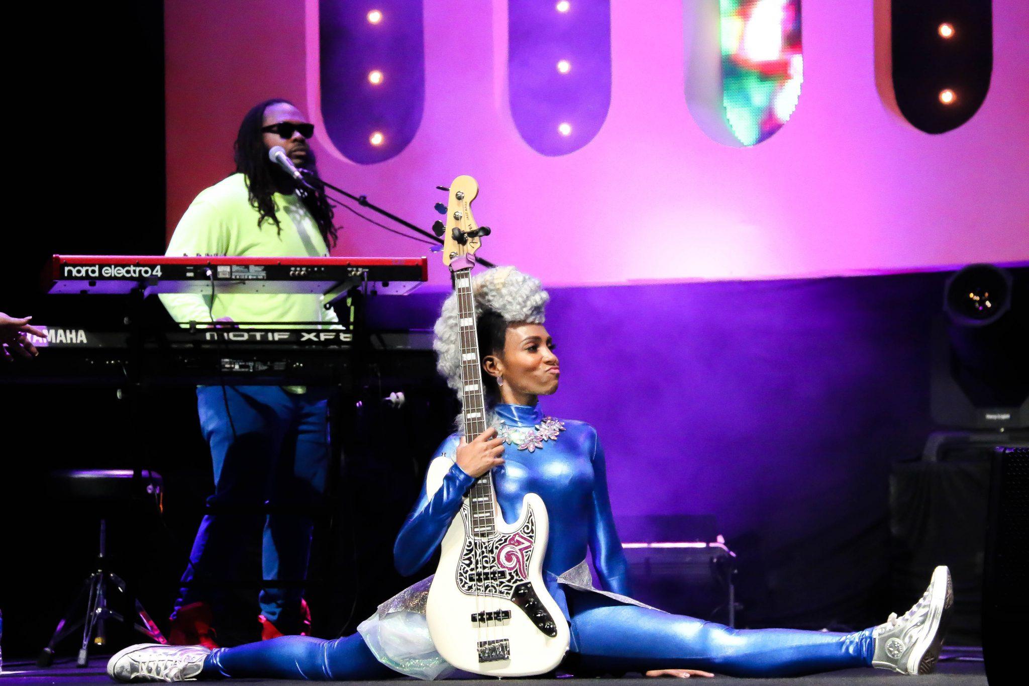 Prestigioso Adquisición fin de semana  The Colorful Nik West Has Stage Presence Like No Other | The Fox Magazine